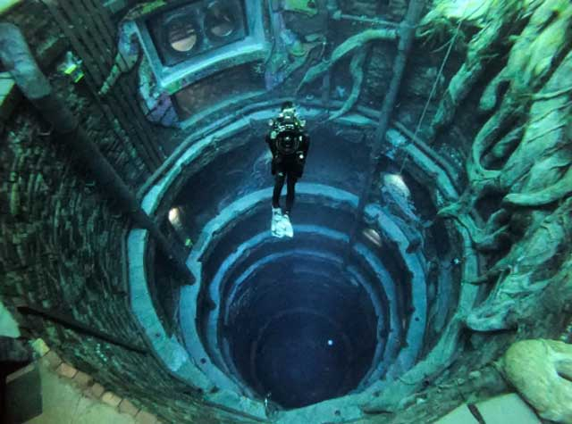 deepest swimming pool for diving guinness world records Deep dive dubai arvinovoyage